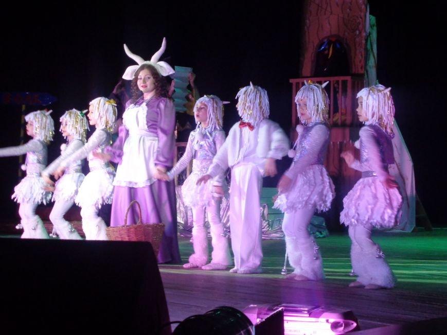 Сказочные герои, праздничные песни и веселые танцы: дети переселенцев в Красноармейске побывали «У леса на опушке» (фото) - фото 9