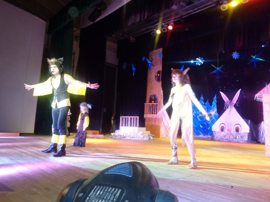 Сказочные герои, праздничные песни и веселые танцы: дети переселенцев в Красноармейске побывали «У леса на опушке» (фото) - фото 3