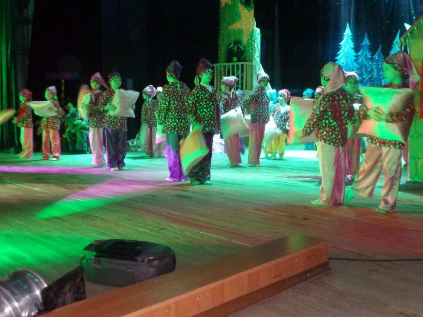 Сказочные герои, праздничные песни и веселые танцы: дети переселенцев в Красноармейске побывали «У леса на опушке» (фото) - фото 7