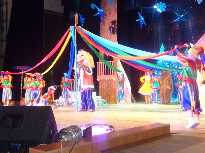 Сказочные герои, праздничные песни и веселые танцы: дети переселенцев в Красноармейске побывали «У леса на опушке» (фото) - фото 8