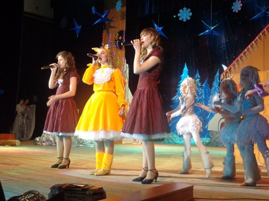 Сказочные герои, праздничные песни и веселые танцы: дети переселенцев в Красноармейске побывали «У леса на опушке» (фото) - фото 13