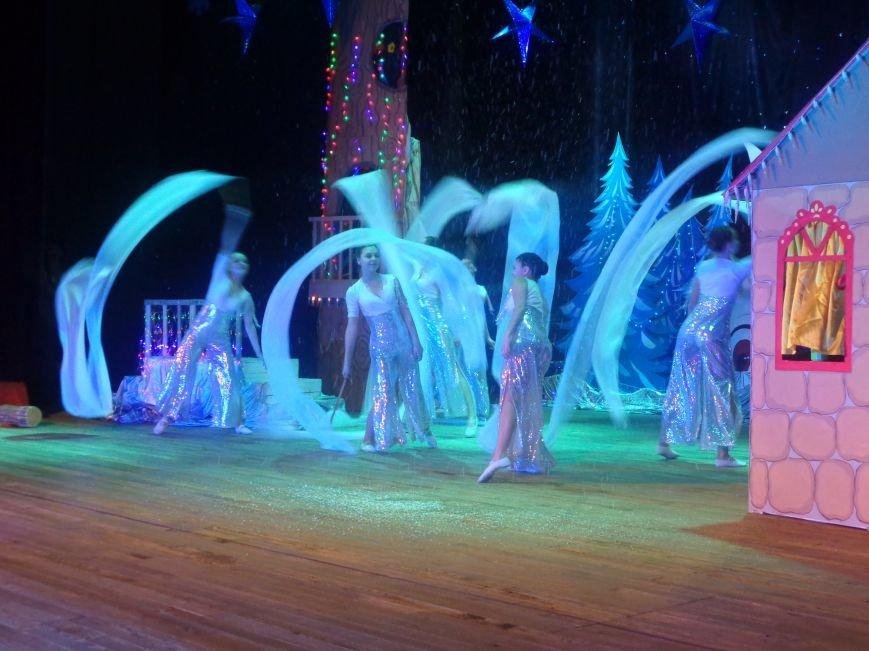 Сказочные герои, праздничные песни и веселые танцы: дети переселенцев в Красноармейске побывали «У леса на опушке» (фото) - фото 12