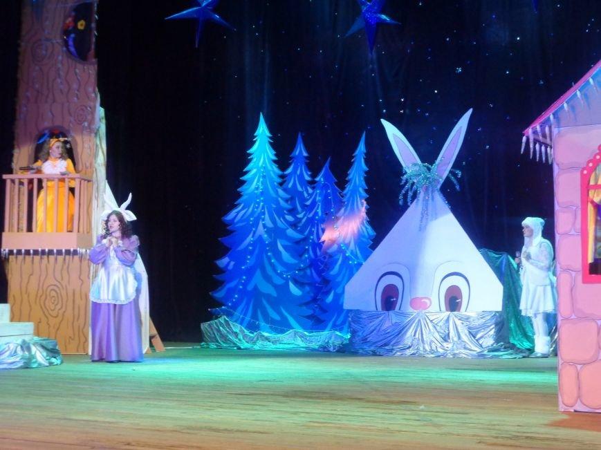 Сказочные герои, праздничные песни и веселые танцы: дети переселенцев в Красноармейске побывали «У леса на опушке» (фото) - фото 2