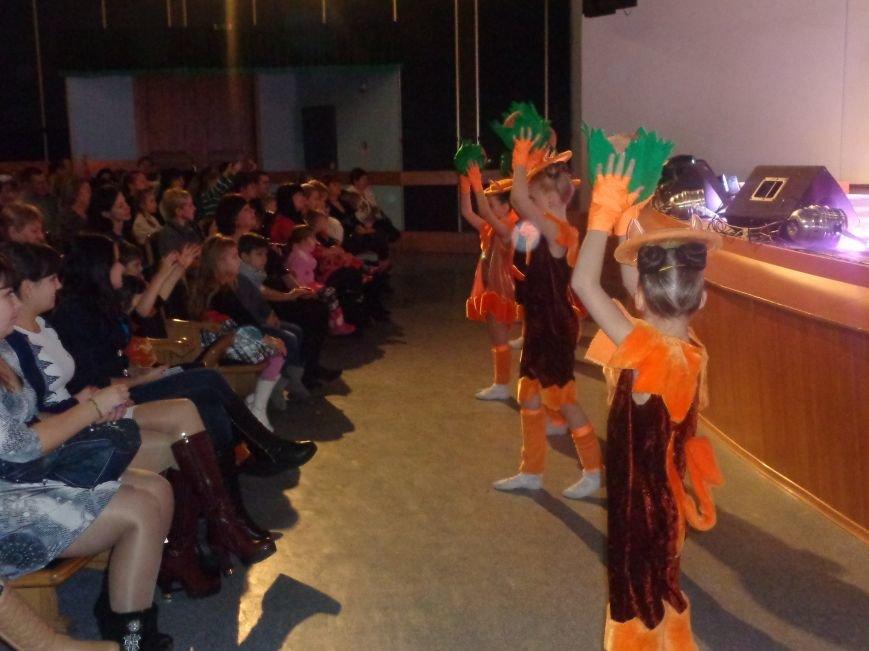 Сказочные герои, праздничные песни и веселые танцы: дети переселенцев в Красноармейске побывали «У леса на опушке» (фото) - фото 11