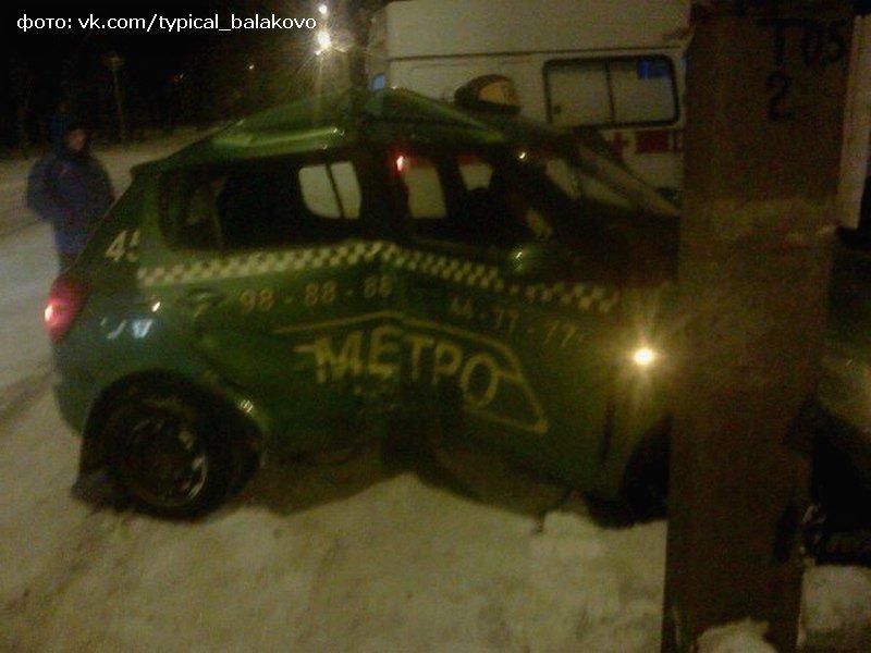 В Балаково таксист врезался в столб (фото) - фото 1