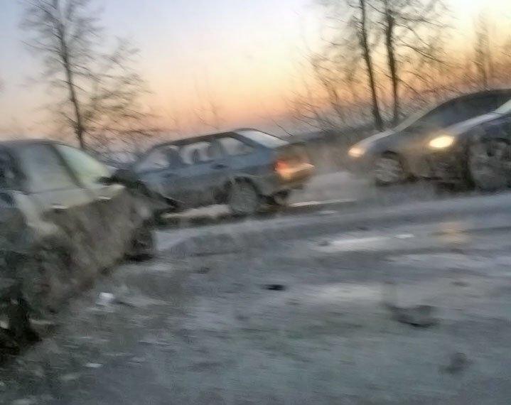 В Шушарах столкнулись две легковушки и грузовик