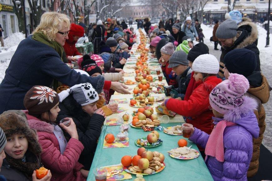 В центре Одессы детей угощали бесплатно сладостями и варениками (ФОТО) (фото) - фото 1