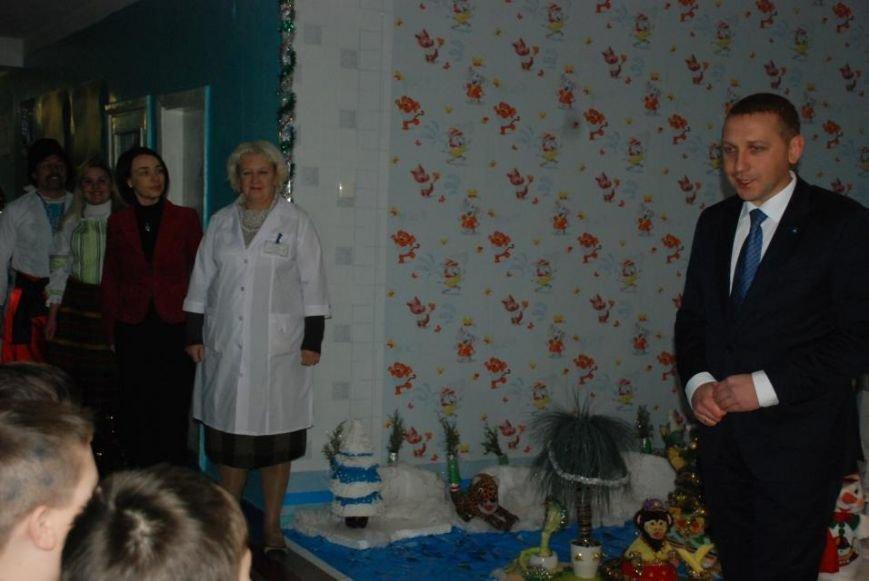 Мэр Кременчуга поздравил пациентов детской больницы и вручил каждому подарок (ФОТО), фото-1