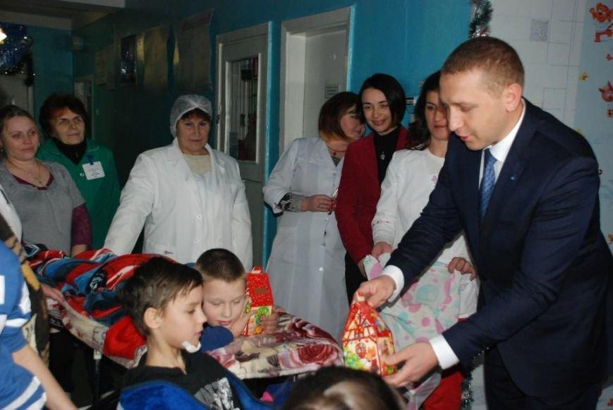 Мэр Кременчуга поздравил пациентов детской больницы и вручил каждому подарок (ФОТО), фото-4