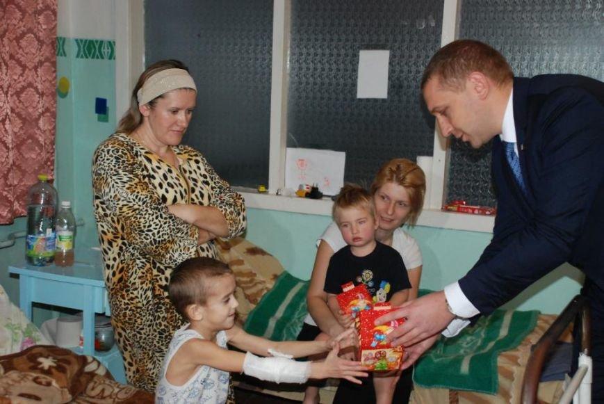 Мэр Кременчуга поздравил пациентов детской больницы и вручил каждому подарок (ФОТО), фото-6