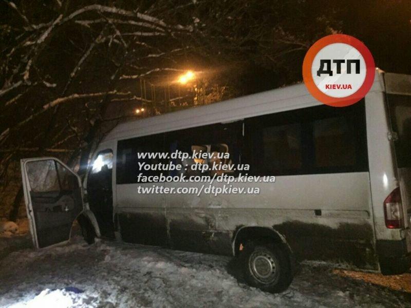 В Киеве на Столичном шоссе столкнулись маршрутка и грузовик, 14 пострадавших (ФОТО) (фото) - фото 1