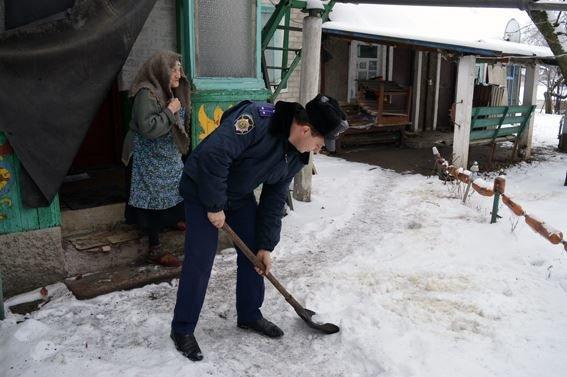 Полицейские Красноармейска спешат на помощь к пенсионерам, фото-2