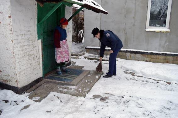 Полицейские Красноармейска спешат на помощь к пенсионерам, фото-1