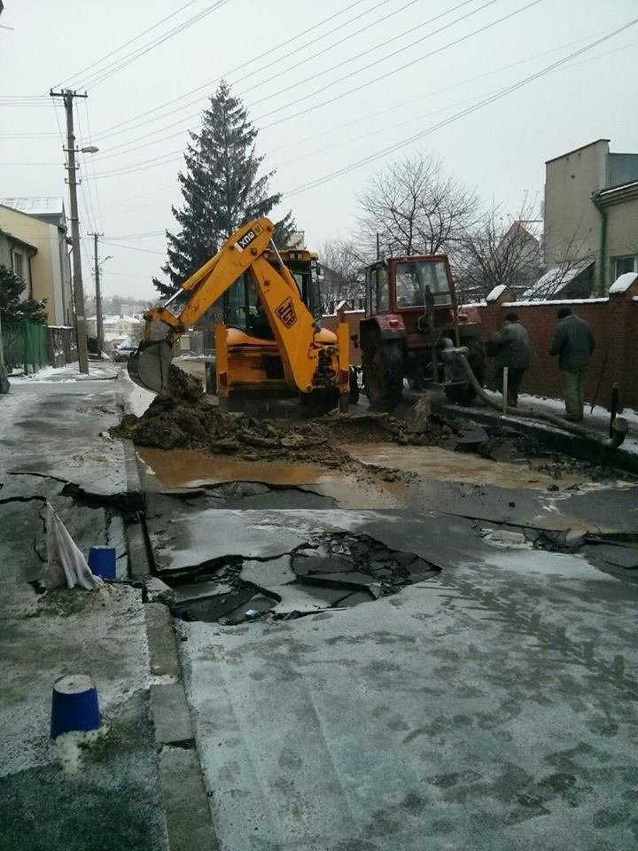 На замітку водіям: на вулиці Шумського провалилася дорога (ФОТО), фото-3