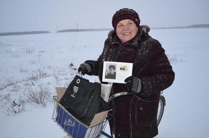 Поштарка з Кибинців з листівкою Семенка (фото Любові Якимчук)