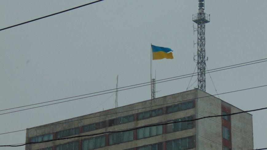 Над праздничным Мариуполем стихией поврежден флаг Украины (ФОТОФАКТ) (фото) - фото 1