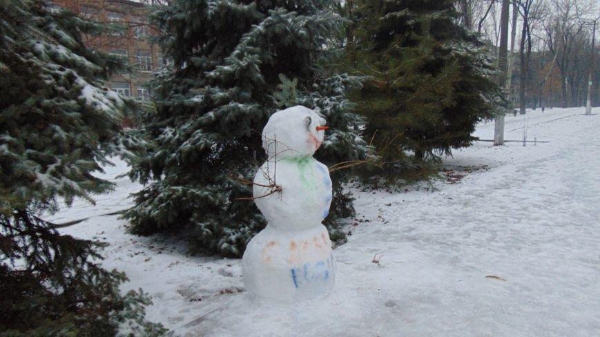 На улицы Мариуполя вышли рождественские снеговики (ФОТОФАКТ) (фото) - фото 1