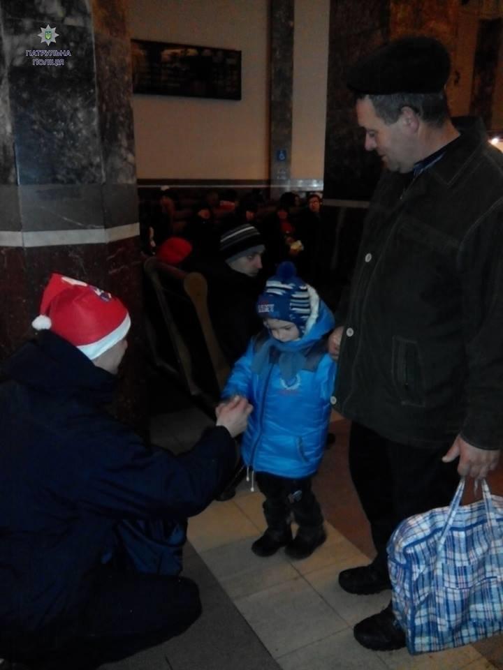 Львівські поліцейські стали помічниками Санти. Як це було (ФОТОРЕПОРТАЖ), фото-6