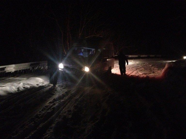 """Накануне Рождества спасатели вытащили машину """"скорой"""" из снежных заносов и помогли травмированным туристам (ФОТО), фото-3"""