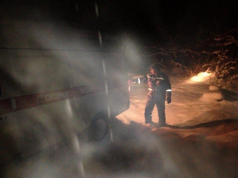 """Накануне Рождества спасатели вытащили машину """"скорой"""" из снежных заносов и помогли травмированным туристам (ФОТО), фото-2"""
