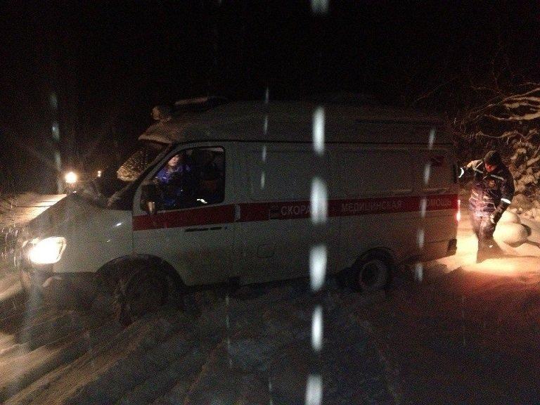 """Накануне Рождества спасатели вытащили машину """"скорой"""" из снежных заносов и помогли травмированным туристам (ФОТО), фото-1"""