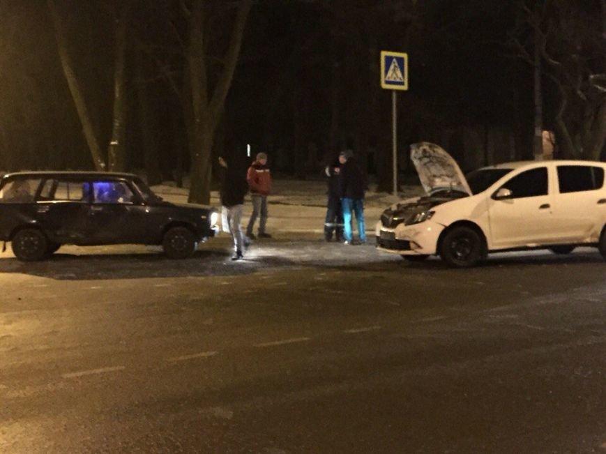 """Ночное ДТП в Кривом Роге: ВАЗ вылетел на главную и  ударил  """"Renault"""", фото-4"""
