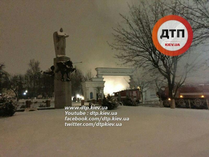 В Киеве ночью произошел масштабный пожар на территории МАУП (ФОТО) (фото) - фото 1