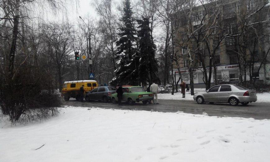 В Краматорске из-за гололеда столкнулись три автомобиля (фото) - фото 2
