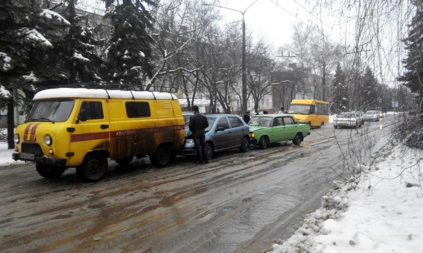 В Краматорске из-за гололеда столкнулись три автомобиля (фото) - фото 1