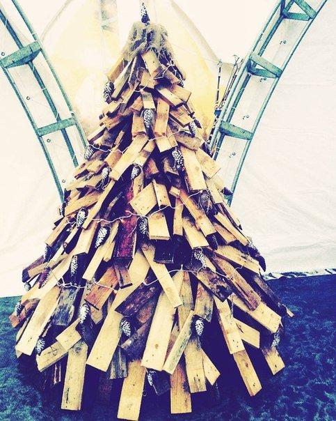 Фотофакт: на набережной в Ялте установили елку из дров, фото-1