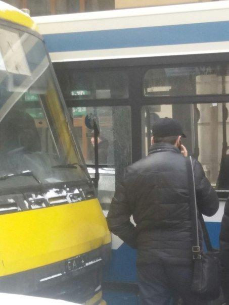 У Львові не розминулись два автобуси (ФОТО) (фото) - фото 1