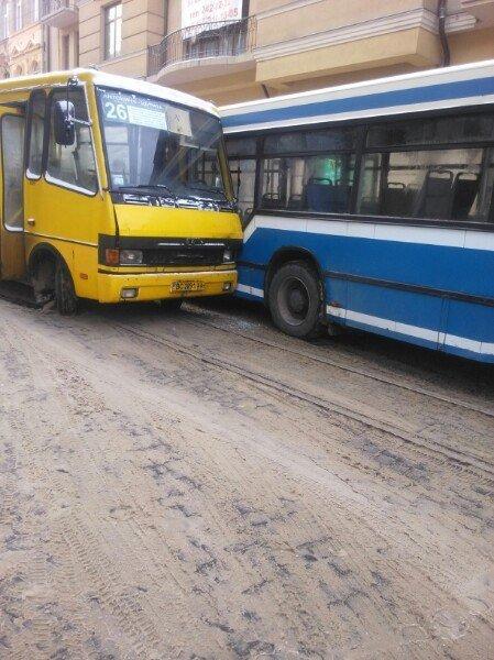 У Львові не розминулись два автобуси (ФОТО), фото-3