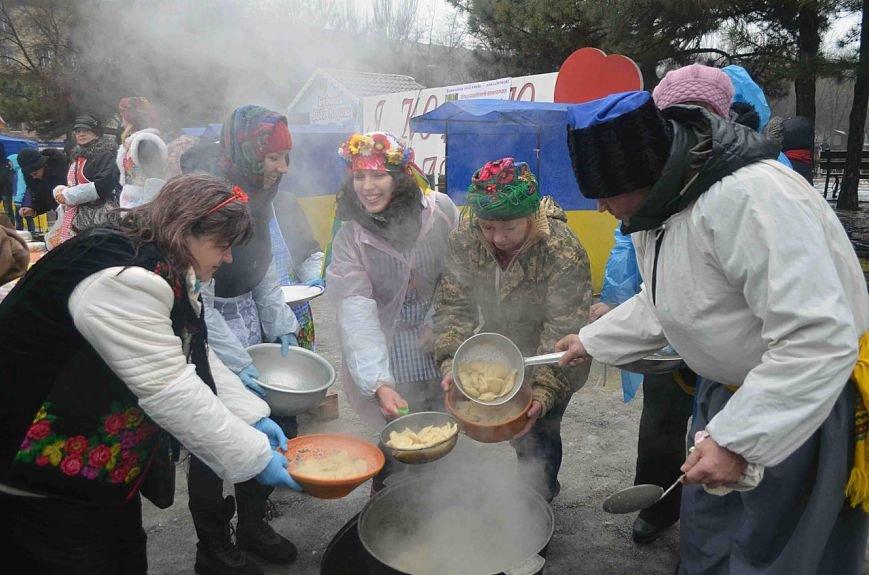 Как запорожские волонтеры горожан варениками угощали, - ФОТОРЕПОРТАЖ (фото) - фото 1