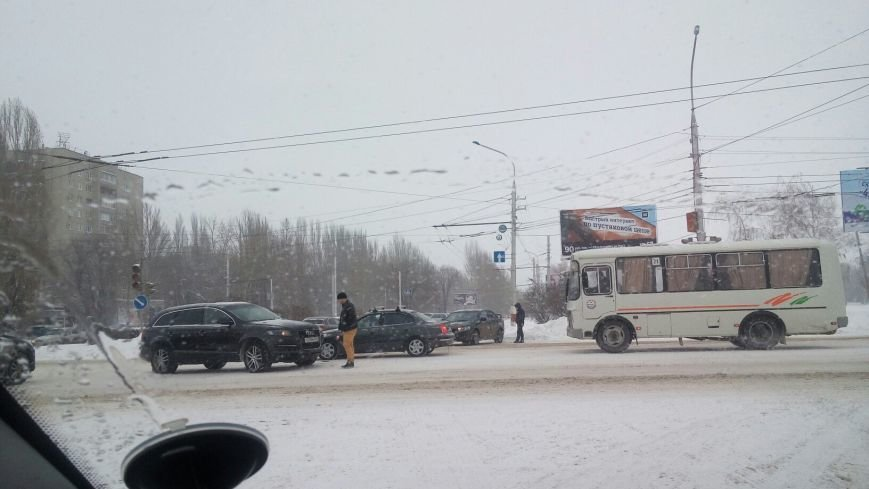 На перекрестке Комарова и 30 лет Победы столкнулись несколько автомобилей (фото) - фото 1