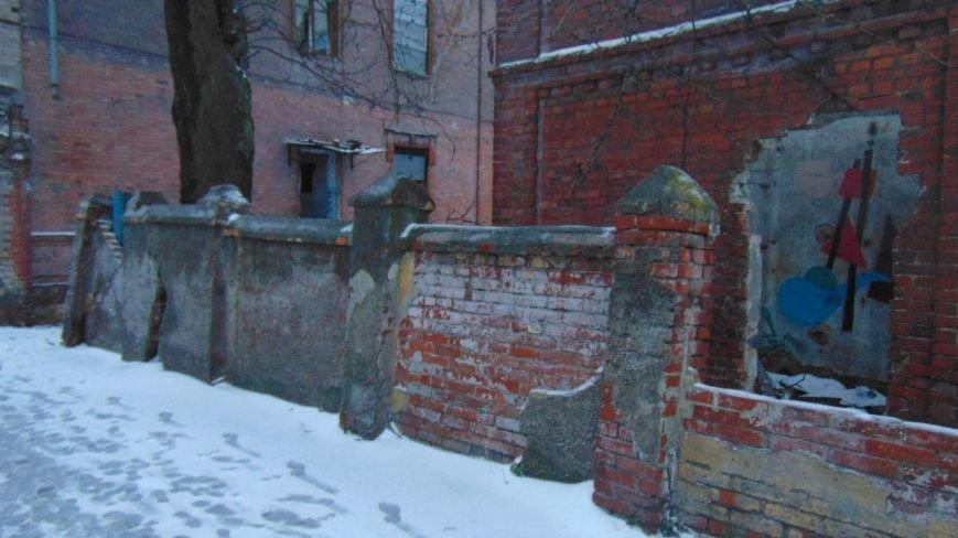 В уничтоженном вандалами историческом доме появилась выставка мариупольского художника-невидимки (ФОТОРЕПОРТАЖ) (фото) - фото 3