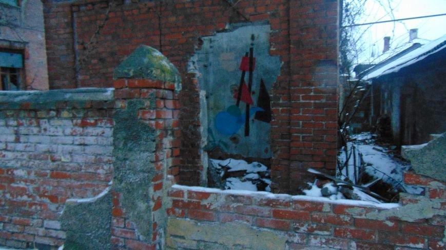 В уничтоженном вандалами историческом доме появилась выставка мариупольского художника-невидимки (ФОТОРЕПОРТАЖ) (фото) - фото 2