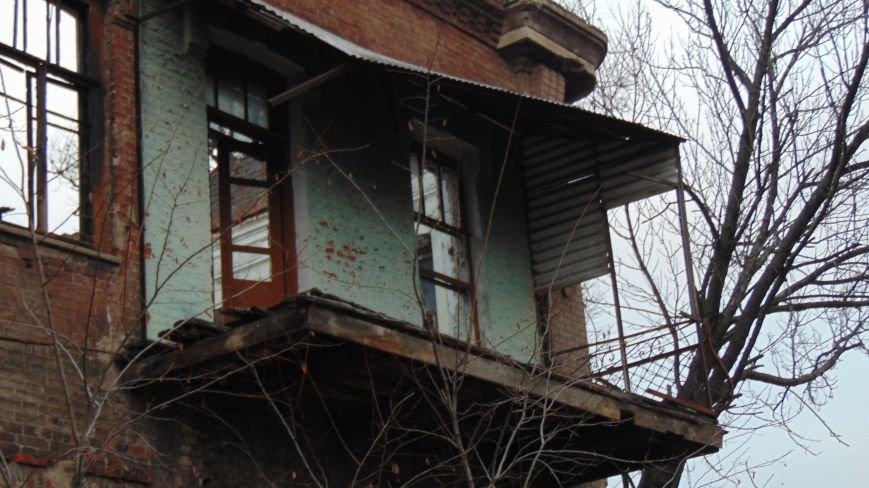 В уничтоженном вандалами историческом доме появилась выставка мариупольского художника-невидимки (ФОТОРЕПОРТАЖ) (фото) - фото 5