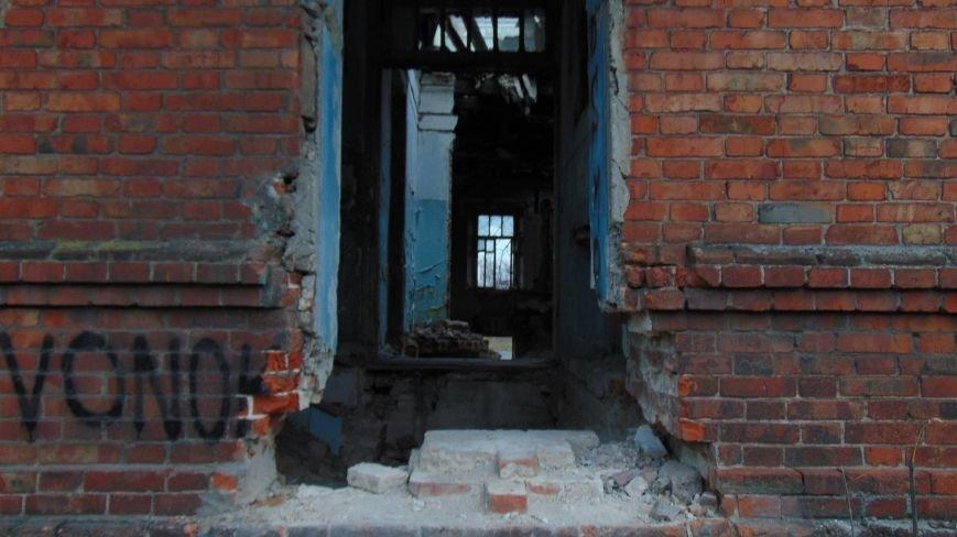 В уничтоженном вандалами историческом доме появилась выставка мариупольского художника-невидимки (ФОТОРЕПОРТАЖ) (фото) - фото 7
