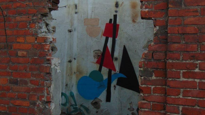 В уничтоженном вандалами историческом доме появилась выставка мариупольского художника-невидимки (ФОТОРЕПОРТАЖ) (фото) - фото 1