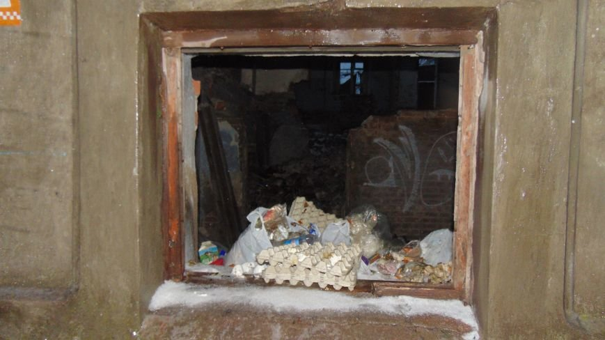 В уничтоженном вандалами историческом доме появилась выставка мариупольского художника-невидимки (ФОТОРЕПОРТАЖ) (фото) - фото 6