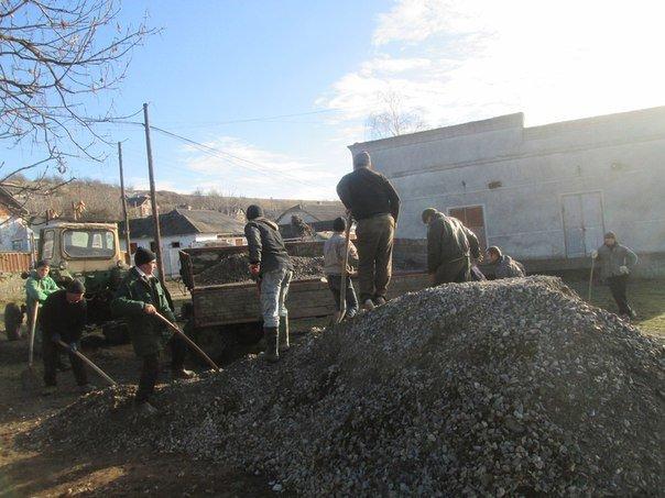 На Тернопільщині люди самотужки зробили дорогу без автодору (фото) (фото) - фото 1