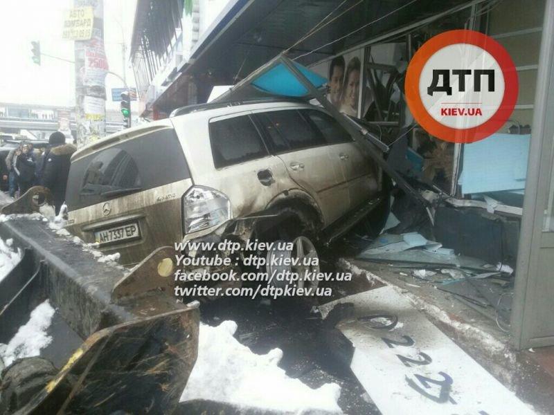 В Днепровском районе пьяный водитель влетел в стоматологию, погибла женщина (ФОТО), фото-3