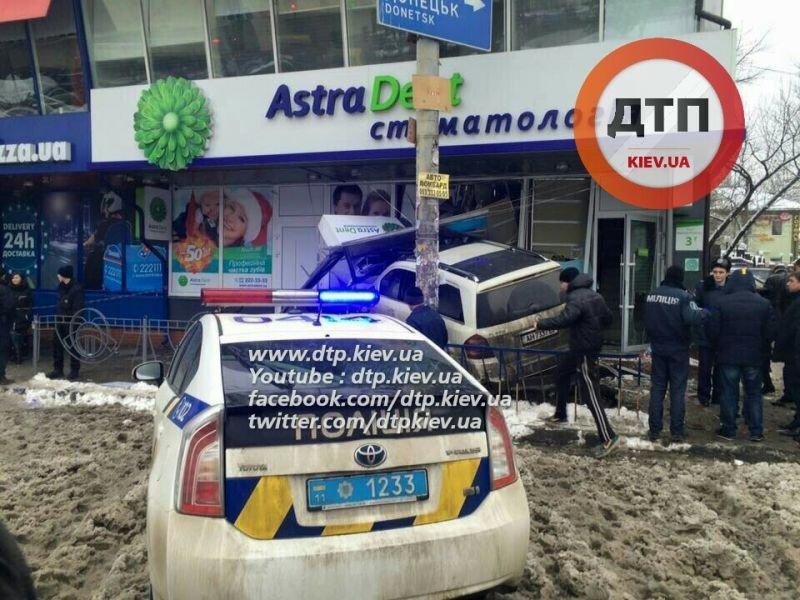 В Днепровском районе пьяный водитель влетел в стоматологию, погибла женщина (ФОТО), фото-1