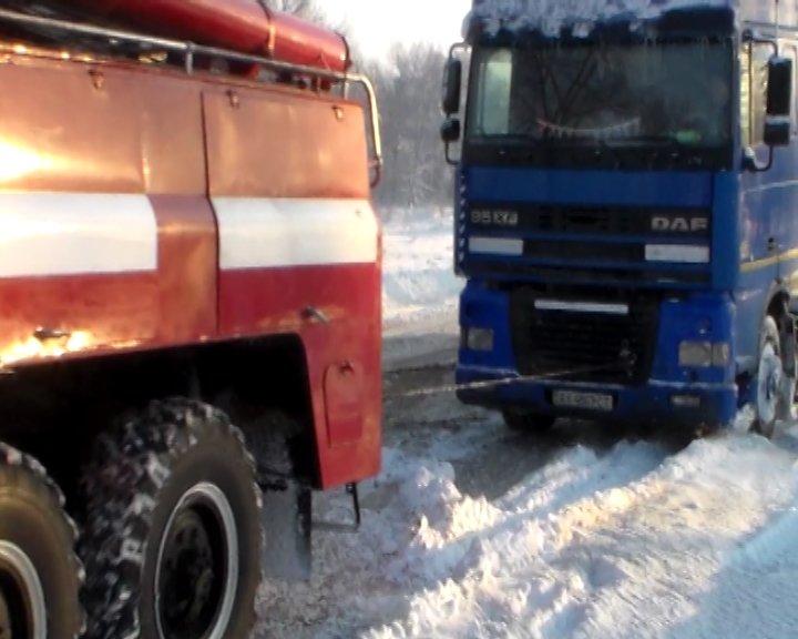 На трассе Сумы-Путивль-Глухов грузовик слетел в сугроб (ФОТО+ВИДЕО), фото-2
