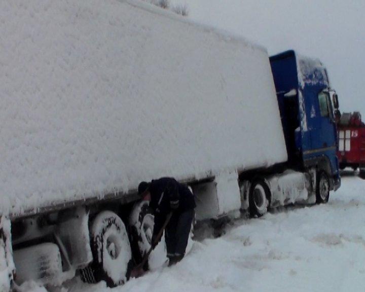 На трассе Сумы-Путивль-Глухов грузовик слетел в сугроб (ФОТО+ВИДЕО), фото-1