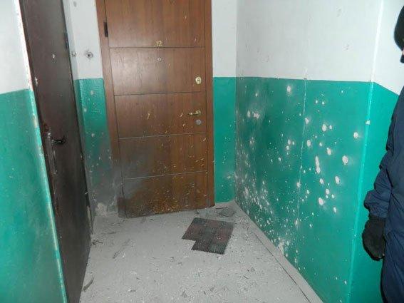 Чтобы досадить своему недругу, кременчугский уголовник взорвал гранату у него в подъезде (фото) - фото 1