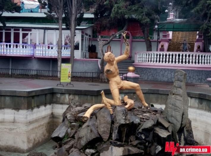 Неизвестные вандалы разбили знаменитый фонтан в Алуште (ФОТОФАКТ) (фото) - фото 1