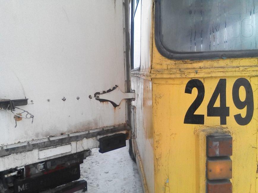 В Кировограде троллейбус занесло в грузовик. ФОТО (фото) - фото 1