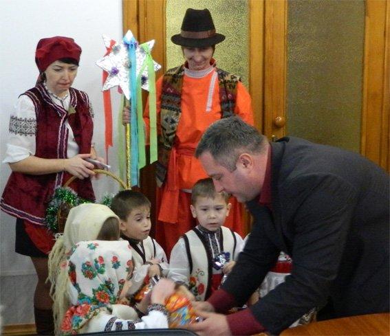 Малята з будинку дитини завітали до поліцейських у гості з колядками (ФОТО+ВІДЕО) (фото) - фото 2