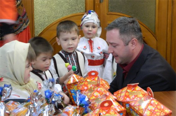 Малята з будинку дитини завітали до поліцейських у гості з колядками (фото) - фото 1